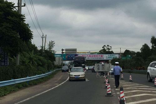 海南g98环岛高速东线段车流量剧增 迎来出城高峰