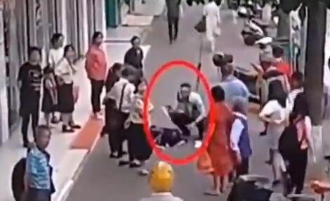 交警怕受伤老人中暑脱警帽为她扇风:这一切都是应该做的