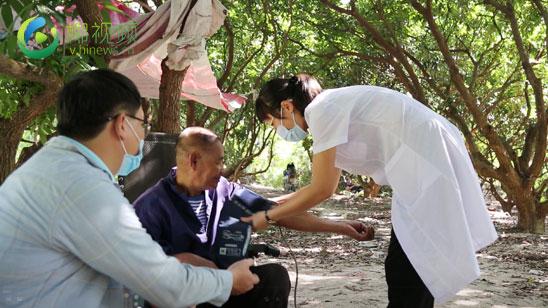 椰视频|重阳节前夕 三亚爱心企业志愿者慰问老人送温暖