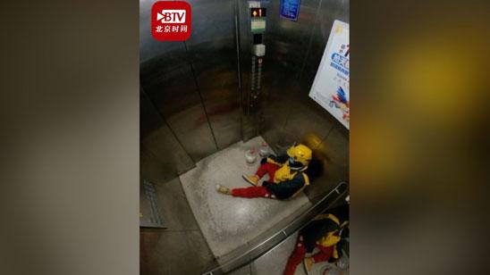 辛苦了,打工人!外卖小哥进电梯瘫坐在地上 门开后又满血复活去送单
