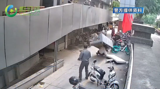 视频   惊魂!物业图省事二楼扔沙发 路过老人当场被砸晕