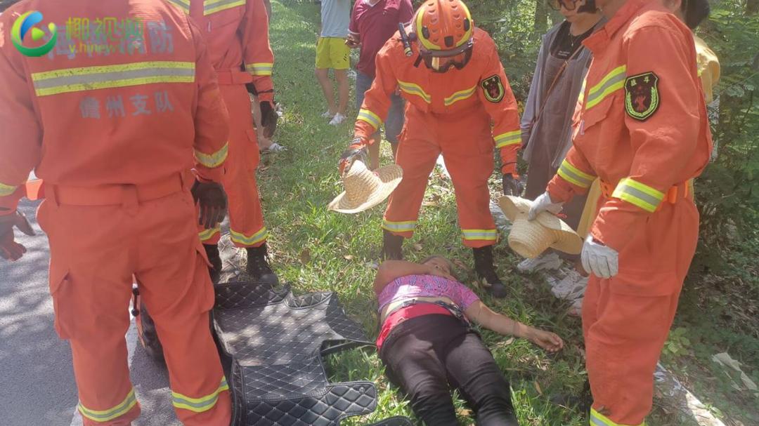 椰视频 | 小轿车撞树一人被困 儋州消防紧急救援