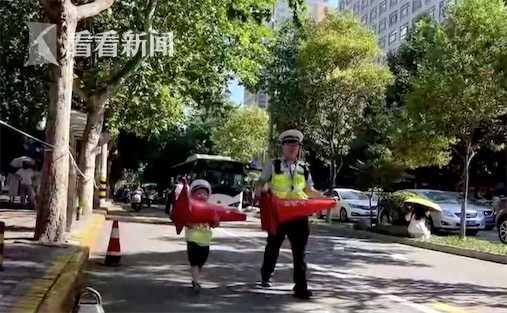 视频 | 5岁萌娃陪交警父亲护航中考 连续4小时不喊累