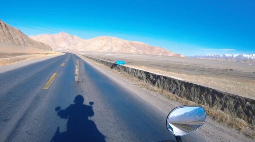视频 | 半挂车备胎掉落司机未发觉 摩托骑士追2公里提醒