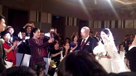 视频: 高圆圆婚礼现场曝光 复古婚纱笑容甜美
